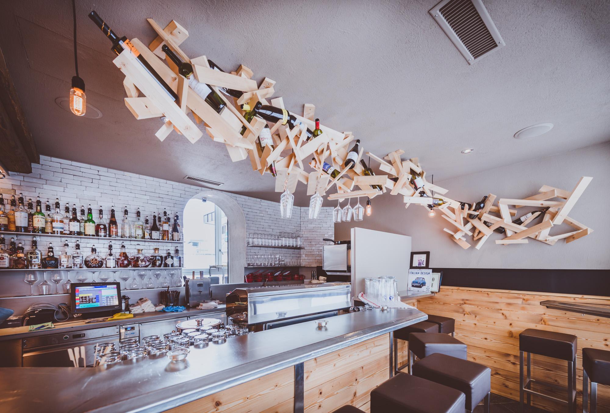 Installation über der Bar