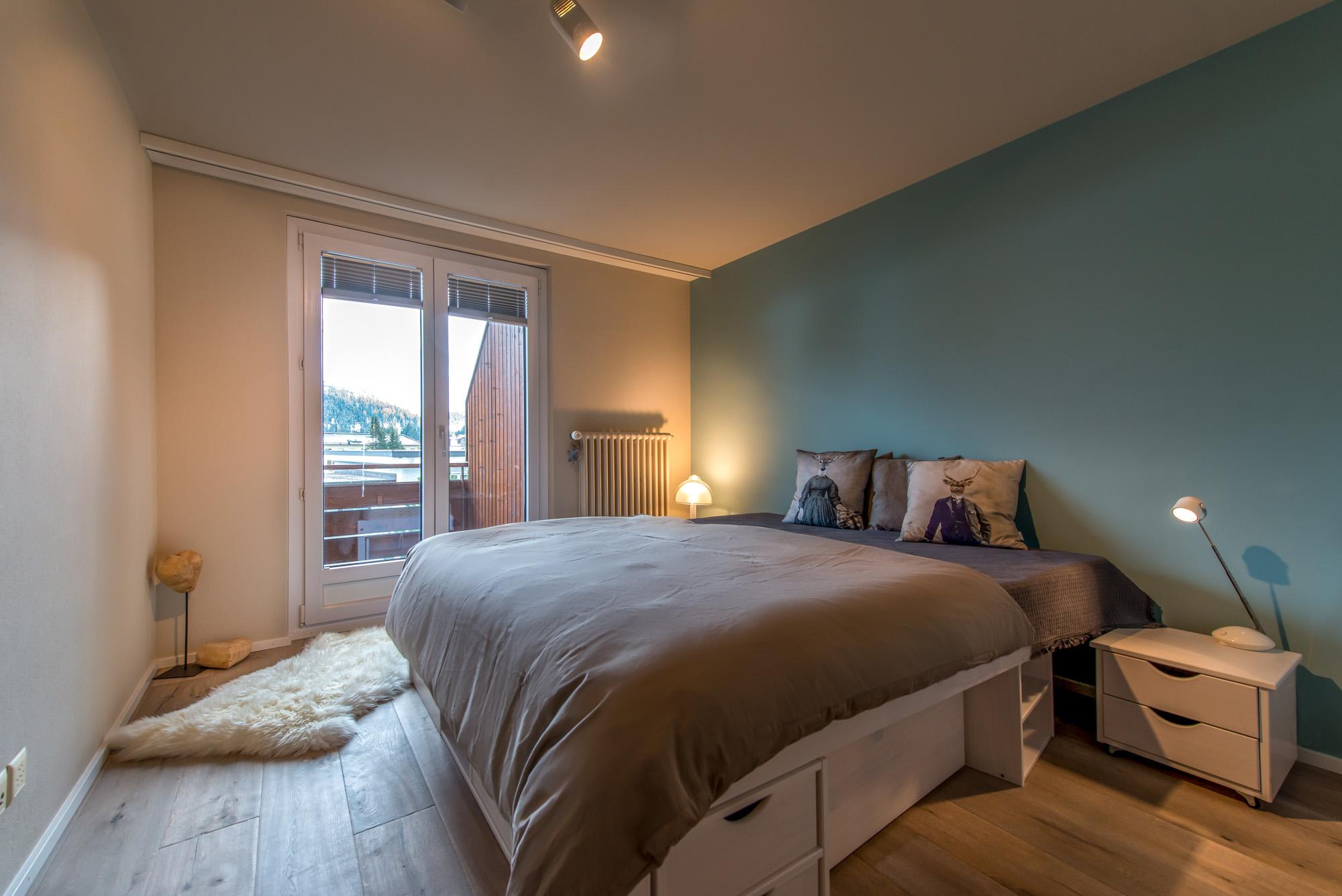 Schlafzimmer mit neuem Anstrich, Boden und Steckdosen