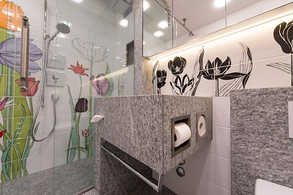 Umbau Badezimmer Privatwohnung Arosa, Toilettenpapierhalter direkt im Stein angebracht