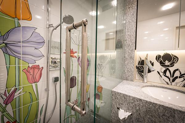 Umbau Badezimmer Arosa, Plättli mit Blumenmuster