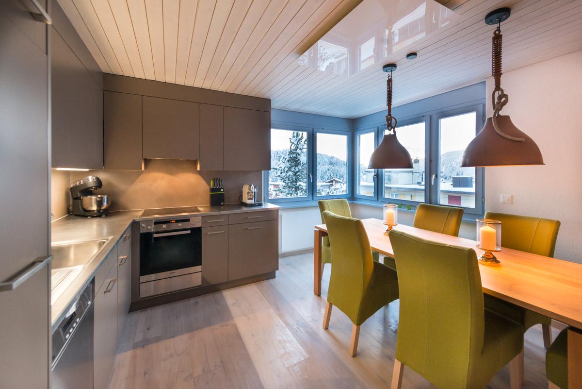 Küche und Esstisch nach Umbau Ferienwohnung Arosa