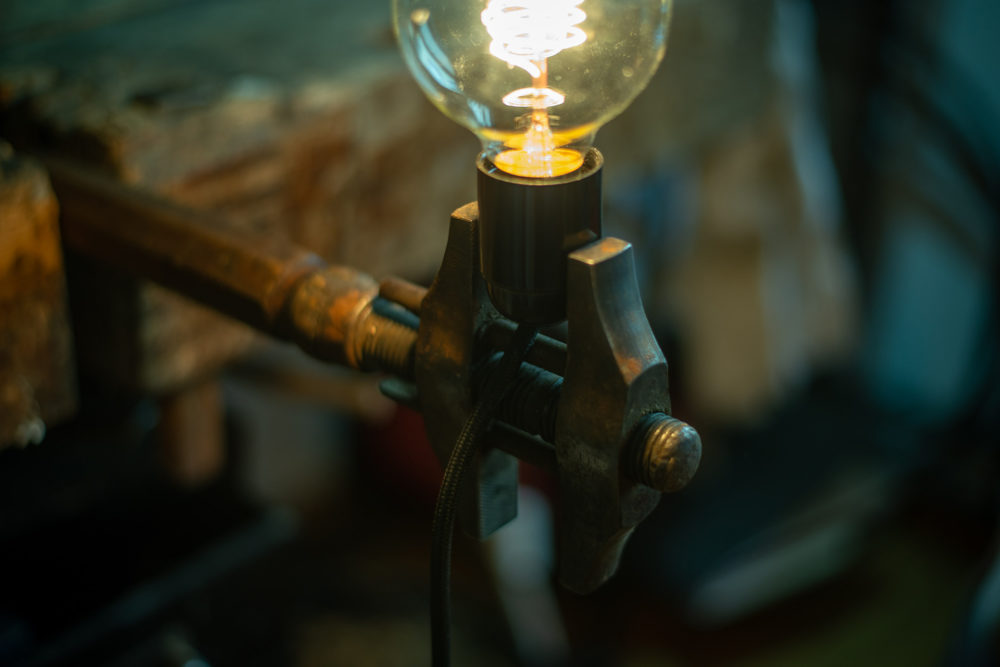 Antike Schraubzwinge upcycling Lampe